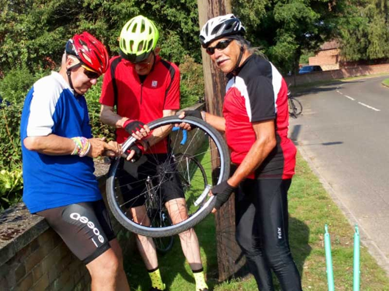 How many cyclists to change a tyre?