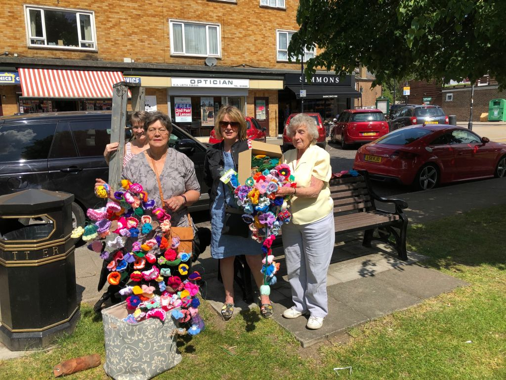 Knitted flowers in Abbots